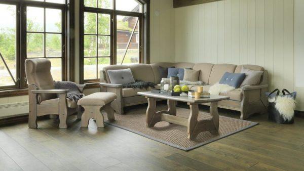 Tande 6 plass, hvilestol og sofabord 135 vist i gårdsgrå_768x432